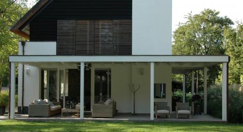 Veranda een overdekt terras om lekker lang buiten te genieten - Bouw een overdekt terras ...