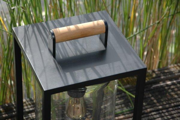 Zwarte lantaarn met houten handvat
