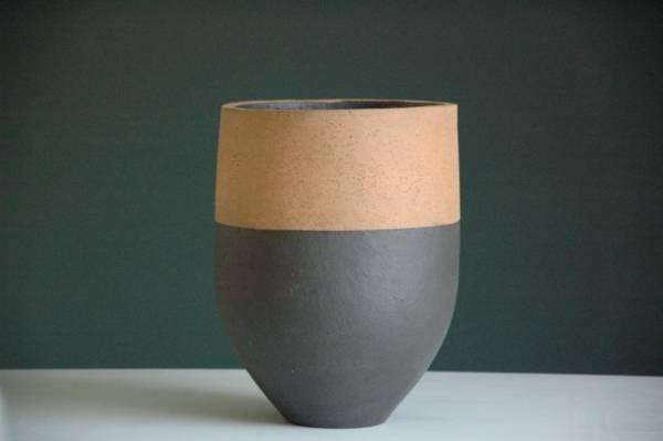 Luxe potten Luxe potten van terracotta uit de serie Ø23,5 x h32cm of Ø28 x h 32cm. Gekleurde kleineterracotta potten in oneindig veel kleurencombinaties. Of gaat u liever voorgrote wintervaste terracotta pottenin verschillende vormen, maten, structuren en kleuren klei? Indrukwekkende vorstbestendige potten. Producten die staan voor een natuurlijke uitstraling, kracht, duurzaamheid, kwaliteit en design. Eigenheid en creativiteit staan bij de makers hoog in het vaandel! Door hun onderscheidende vormen en organische structurenzijn deze potten decoratieve elementen in uw tuin. Met grote toewijding met de hand gemaakt van Duitse klei. Naast potten zijn ook verschillende terracotta tuinmeubels via Monique en anders te koop. Deze producten makenuw buitenruimte net wat stijlvoller. Zij geven meer warmte aanuw tuin en dakterras. Of bent u op zoek naar een iets groter formaat gekleurde potten? Geïnteresseerd in deze of andere stijlvolleterracotta potten, neem dan contact met ons op. Kleine gekleurde potten Kleine terracotta potten Luxe terracotta potten Luxe potten Bloed , zweet en tranen, want het maken van de potten is fysiek zwaar werk. Elke pot is uniek en met de hand gemaakt. In de mallen wordt de klei met de hand gelegd en aangestampt. Wanneer die bijna droog is, wordt de mal eruit gehaald en de gewenste structuur aan de buitenkant aangebracht. Daarna gaan de potten de droogkamer in om vervolgens ingigantische ovens te worden afgebakken. Alle terracotta items uit de collectie hebben een krachtige uitstraling. Gemakkelijk te combineren maar ook prachtig als solitair. Als u een verharde tuin heeft, of een balkon of dakterras, dan bent u voor uw beplanting aangewezen op potten. Wat voor potten u koopt, zorg ervoor dat ze groot genoeg zijn voor de betreffende planten. Planten houden niet van kleine potten met te weinig ruimte voor het wortelgestel; ze drogen er namelijk snel in uit! Bovendien zien ze er niet uit, omdat de verhouding tussen plant en pot zoek is.