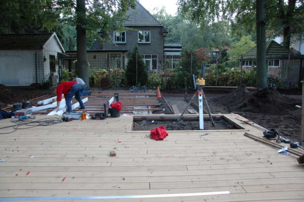 Tijdloze villatuin met vlonder van composiet planken