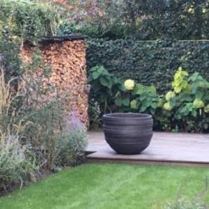 Vlonder met halfronde terracotta pot