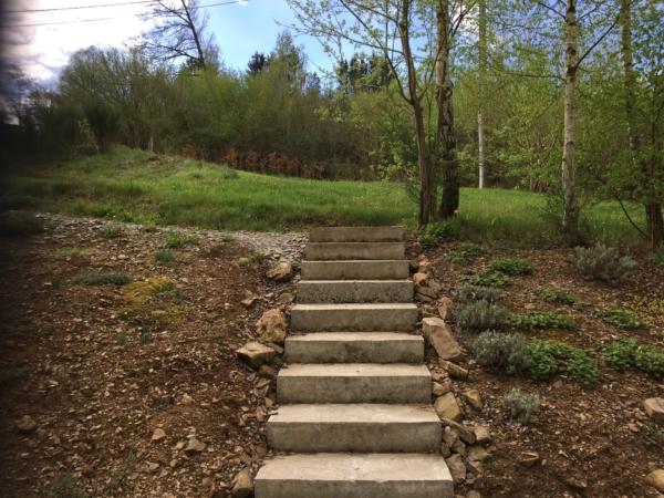 Tuinarchitect van bostuin en betonnen traptreden