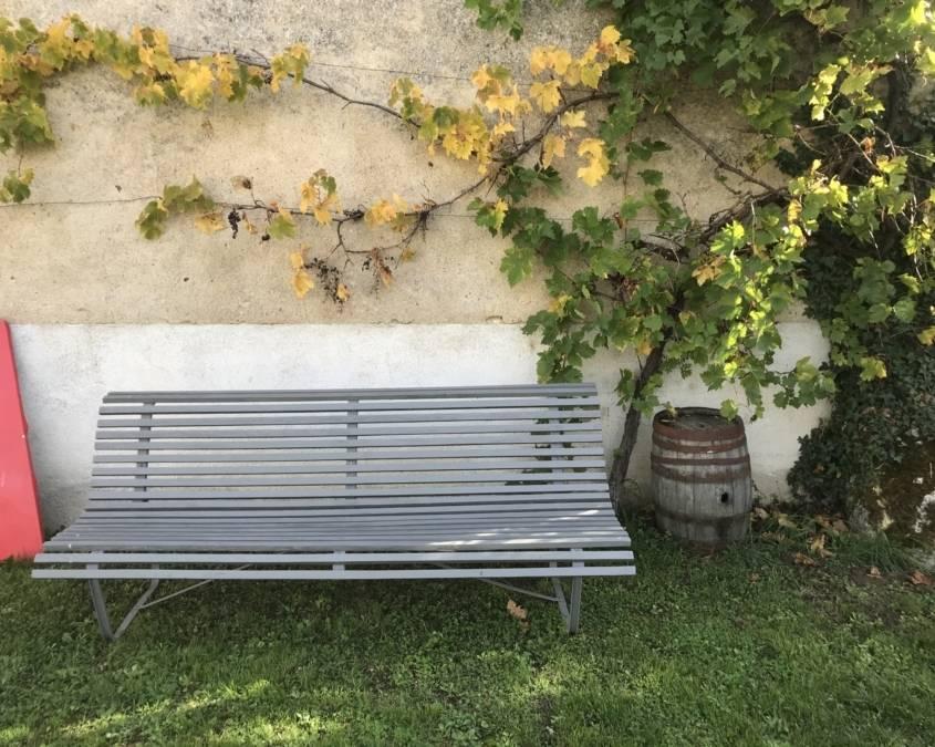 mediterrane boerderijtuin met tuinbank